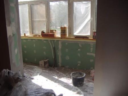 Демонтаж подоконной части с выходом на балкон.